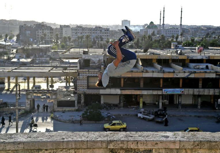 A Syrian youth practices parkour in Aleppo, northern Syria, on April 7, 2018. The government retook full control of Aleppo from rebel-fighters in December 2016. / AFP PHOTO / George OURFALIAN Beeld AFP
