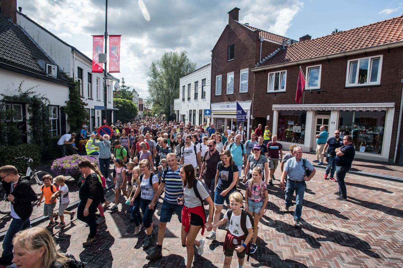 De Airborne Wandeltocht in 2018, op de Weverstraat in Oosterbeek.