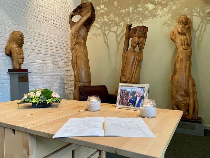 Het rouwregister voor Mariëtte Coppens in het Lindepaviljoen met haar houtsculpturen uit de eeuwenoude Zoerselse linde op de achtergrond