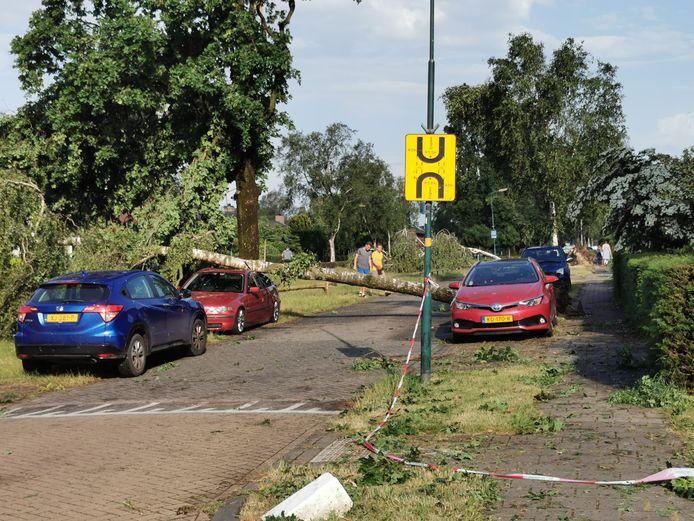 Een grote windhoos zorgde voor flinke schade in Leersum.