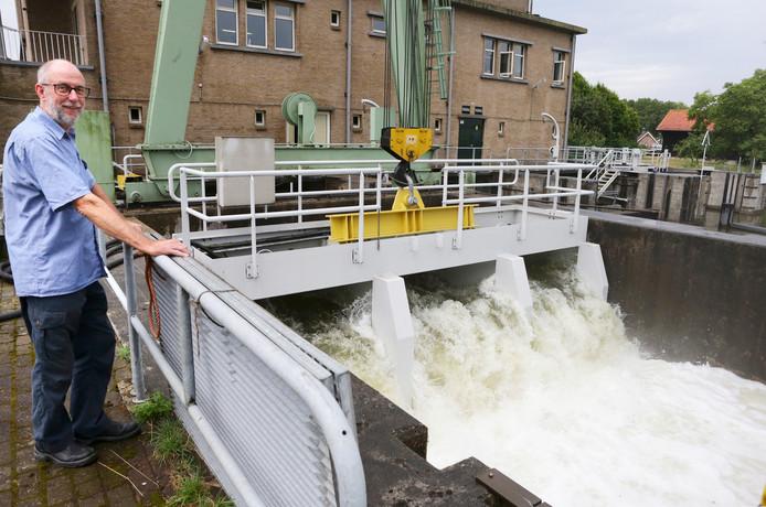 Monteur Adri van der Hiel bij de pompen die buiten het gemaalgebouw staan. Die pompen rivierwater het gebied in.