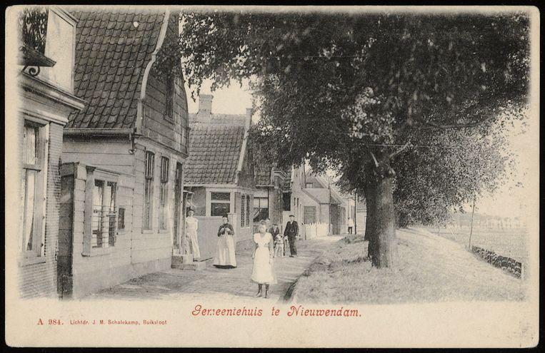 Het gemeentehuis van Nieuwendam rond 1900. Beeld Stadsarchief