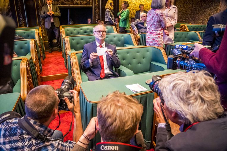 Oud-Senator Paul Cliteur van FvD voordat hij  de eed aflegt  tijdens de installatie van de nieuwe Eerste Kamer. Beeld ANP
