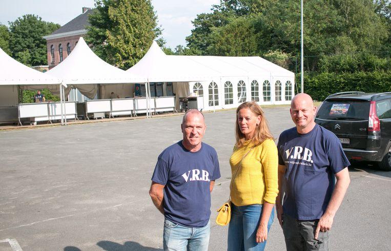 Lieven Verwulgen en Ivan Laheyne van de Vrije Radio Belsele met schepen Ine Somers aan het nieuwe feestterrein achter de kerk.