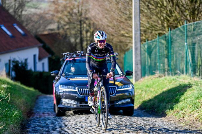 Anna van der Breggen tijdens de verkenning van de Omloop Het Nieuwsblad, de eerste koers van het nieuwe seizoen.