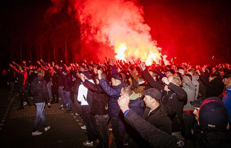 Fans staan bij stadion De Vijverberg van De Graafschap. De voetbalsupporters waren naar het stadion gekomen om hun club een hart onder de riem te steken. Na middernacht vielen de fans journalisten aan en mishandelden ze een persfotograaf. Beeld ANP