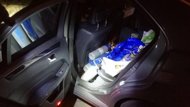 Politie vindt lachgas bij automobilist 'die niet meer gebruikt' en nog eens veertien flessen in taxi