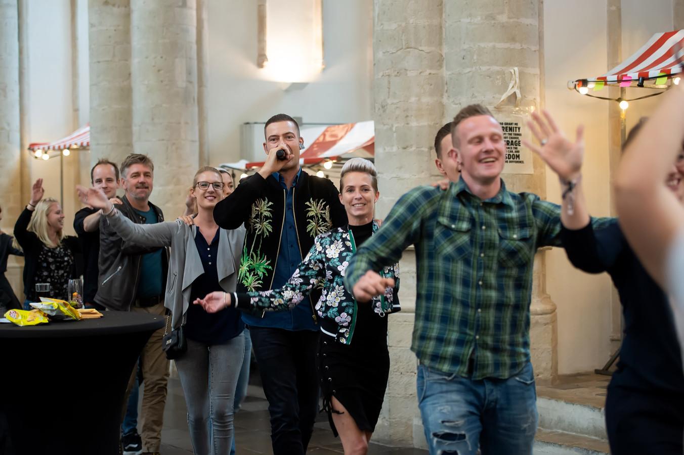 Lange Frans kreeg bij de Dag van Herstel in de Grote Kerk Breda de bezoekers zover een polonaise te starten waaraan hij zelf deelnam.