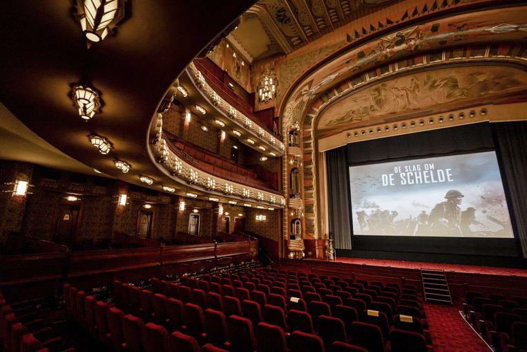 Een nog lege zaal in Theater Tuschinski in Amsterdam, voordat  daar De Slag om de Schelde aan de pers wordt getoond. Beeld ANP