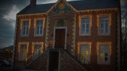 Kerstversiering aan gemeentehuis werkt weer na vandalisme