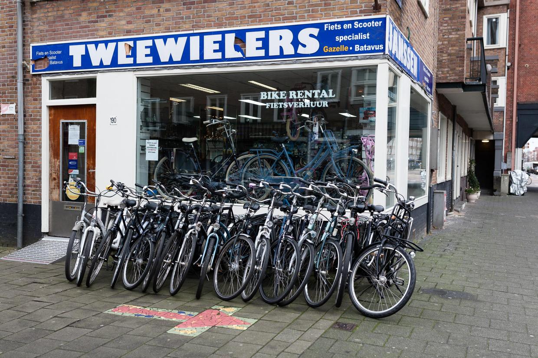 Janssen Tweewielers, Orteliusstraat. 'Als je een fiets ziet die je mooi vindt, kan je hem bestellen. Dan leveren wij hem bij je thuis af.' Beeld Nina Schollaardt