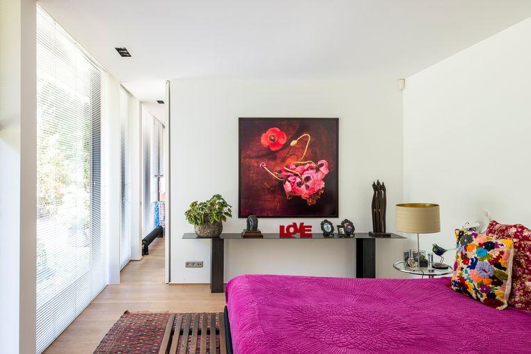 Fabiennes slaapkamer. Op haar bed ligt een sprei uit India, ook de geborduurde kussens zijn een reissouvenir.  Beeld null