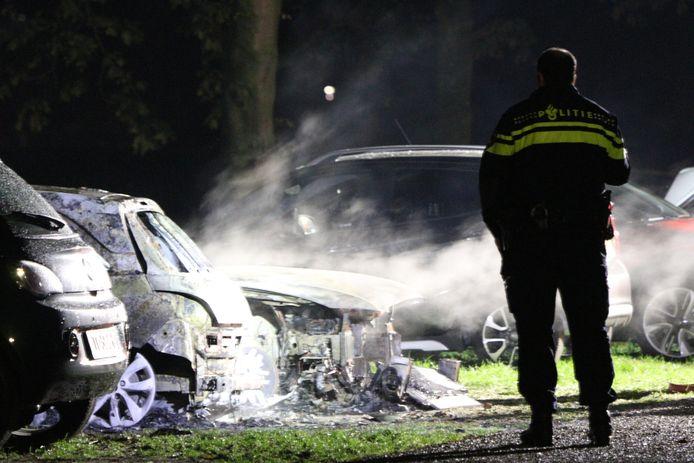 De twee auto's brandden volledig uit