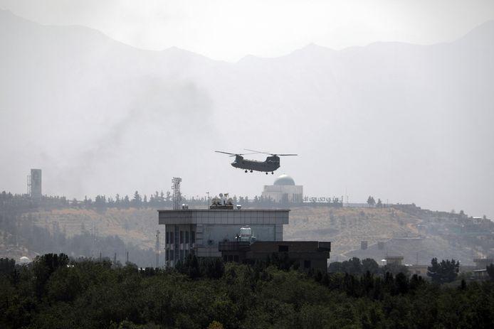 Een Amerikaanse Chinook-helikopter boven Kaboel.
