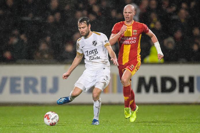Sander van de Streek van FC Utrecht aan de bal, met vlak achter hem Elmo Lieftink van Go Ahead Eagles.