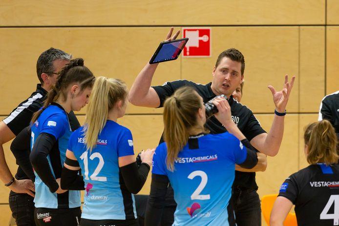 Coach Eric Meijer gebruikt ook zijn handen om Regio Zwolle Volleybal te laten zien wat hij wil.