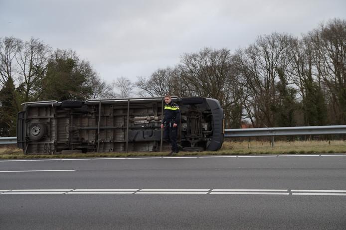 De omgewaaide bus op de Midden-Brabantweg in Loon op Zand.