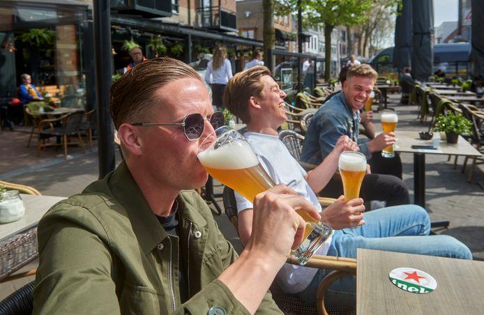 Bart Aarts (linksvoor) met zijn vrienden Hastu, Vincent en olaf heffen het glas.