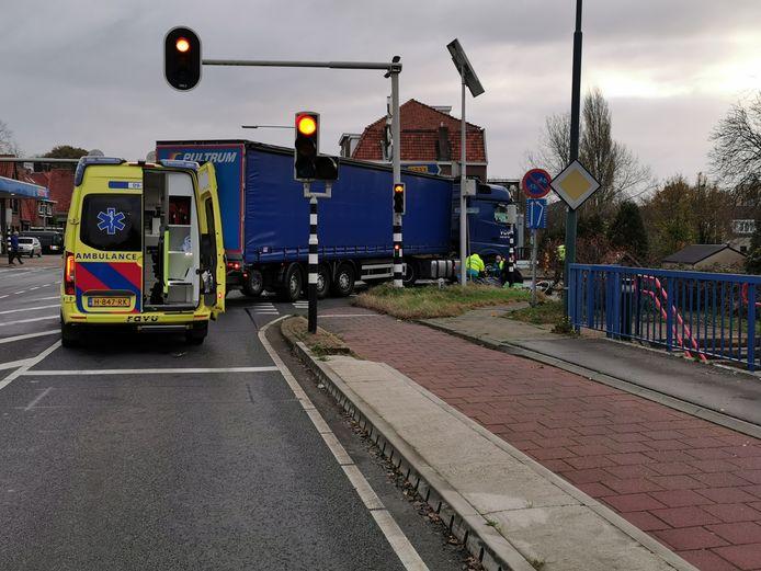 De fietser kwam onder een vrachtwagen terecht in Rhenen.