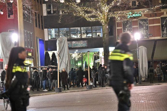 Demonstranten verzamelen zich op de Oude Markt in Enschede.