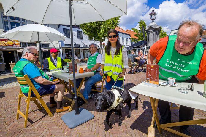 Een kleurrijk gezelschap. Visueel beperkten Bart, Sjimmy, Guus, Julia en Arend Jan (vlnr) vragen  voorbijgangers met speciale hesjes rekening met ze te houden.