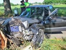 Automobilist raakt gewond na botsing tegen boom in Oisterwijk