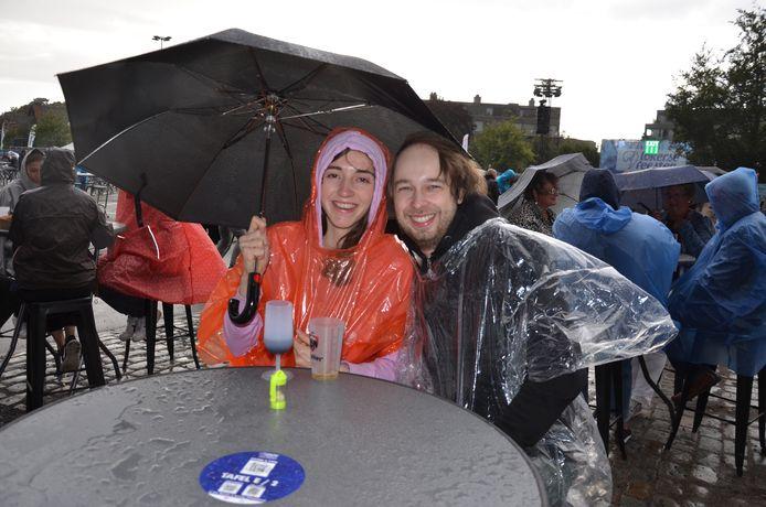 Dit koppeltje geniet onder hun paraplu van de start van de Lokerse Feesten.