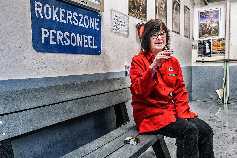 De rokerszone van een Delhaize in Antwerpen. 'De rookpauze is het enige moment dat wij even kunnen zitten.'  Beeld Tim Dirven