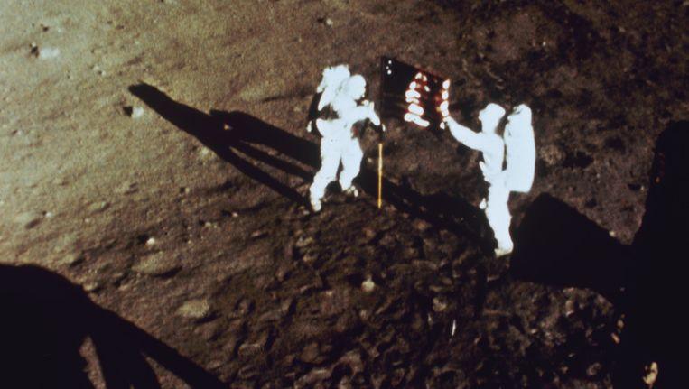 Astronauten Buzz Aldrin en Neil Armstrong bij het planten van de Amerikaanse vlag op de maan. Beeld GETTY