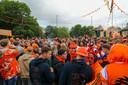 Veel mensen op de been in Apeldoorn na de winst van Nederland op Noord-Macedonië.