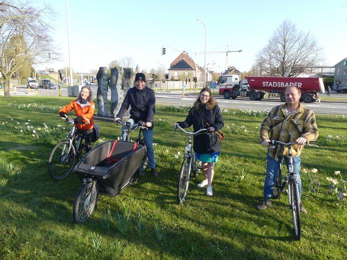 Schepen Trees Van Hove, burgemeester Jan Vermeulen, gemeenteraadsvoorzitter Tess Minnens en schepen Bart Van Thuyne aan het kruispunt Volhardingslaan-Oostkouterlaan-Velostraat, waar de fietstunnel komt.