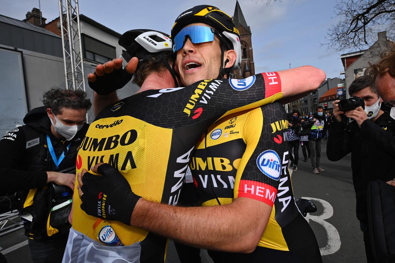 Van Aert viert zijn overwinning met ploegmaat Nathan Van Hooydonck, die een berg werk opknapte. Beeld BELGA