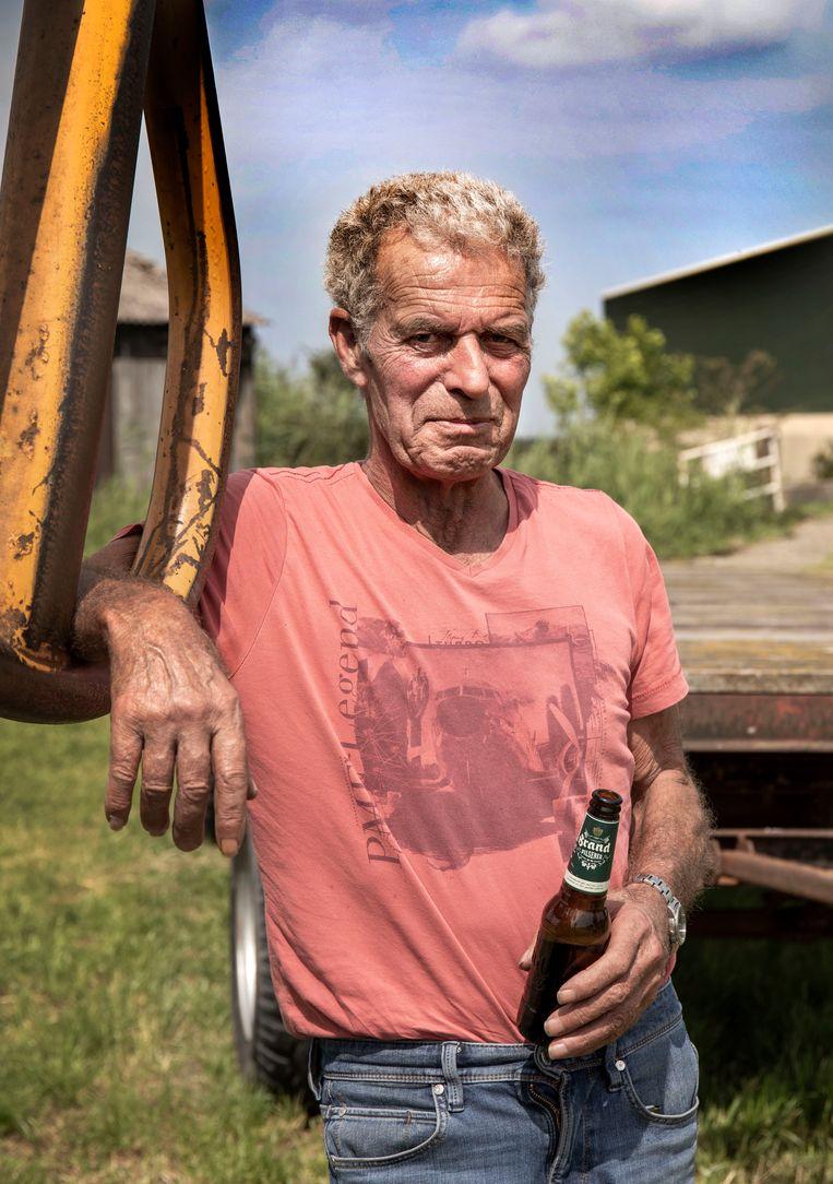 Loonwerker Piet Roos heeft net zijn koude biertje uit de sloot gevist.  Beeld Werry Crone