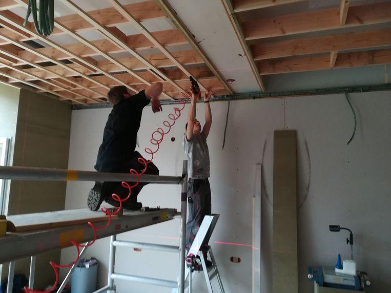 Leerlingen Interieurbouw richten een kapsalon in.