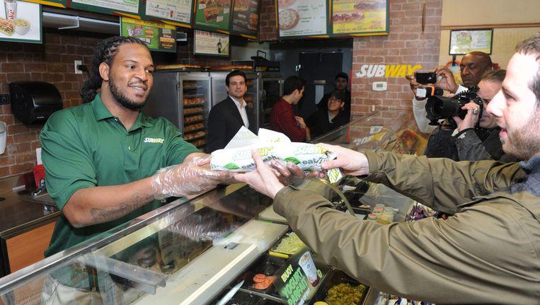 Een man krijgt een broodje bij Subway. Beeld ap