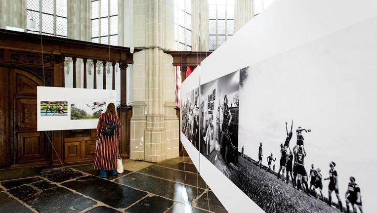 Belangstellenden bekijken de tentoonstelling van World Press Photo Beeld anp