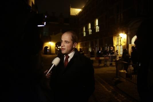 PvdA-leider Diederik Samsom staat de pers te woord na afloop van het crisisberaad