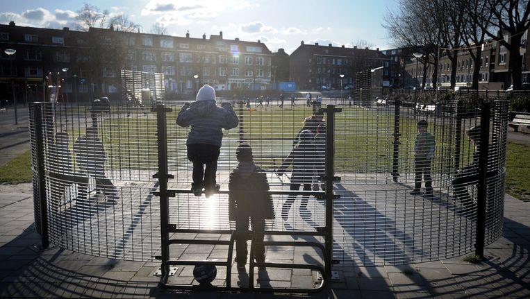 Een voetbalkooi in Rotterdam-Charlois. Beeld Joost van den Broek / de Volkskrant