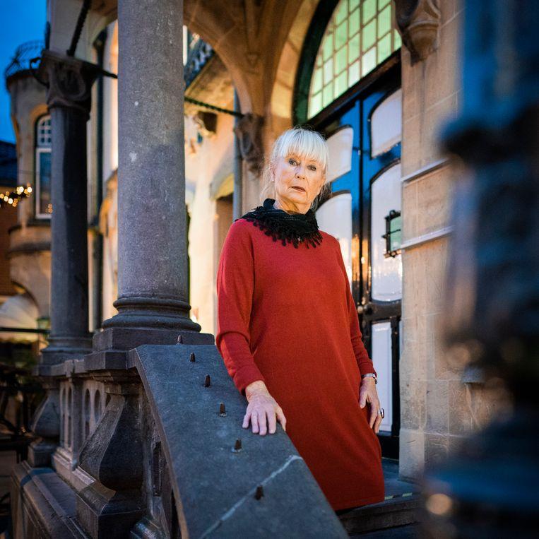 Carla Engelen voor het gesloten Museum Valkenburg in Valkenburg. Beeld Freek van den Bergh / de Volkskrant