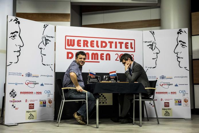 Alexander Schwarzman (links)  en de latere winnaar Roel Boomstra tijdens de beslissende wedstrijd op WK dammen. De Rus speelt volgend seizoen in Wageningen bij WSDV.