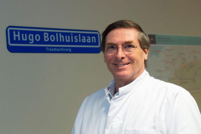 Het zit erop voor traumachirurg Hugo Bolhuis in Gelre ziekenhuizen in Apeldoorn. Na dertig jaar trouw dienstverband is hij met pensioen. Hij werd zeer gewaardeerd. Op de zijn afdeling hangt zelfs een naar hem vernoemd straatnaambordje.
