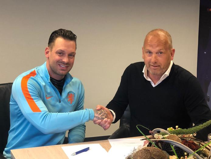 Keeper Arien Pietersma heeft voor twee jaar bijgetekend bij Halsteren en schudt de hand van technisch manager Ron van Nijnatten