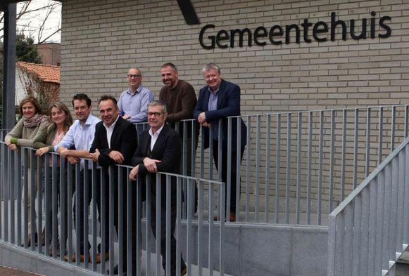 Het nieuwe schepencollege in Kuurne, met uiterst links nieuwkomer Els Verhagen.
