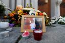 Bloemen en kaarsen bij een foto van slachtoffer Vincent Loques, de koster van de kerk.