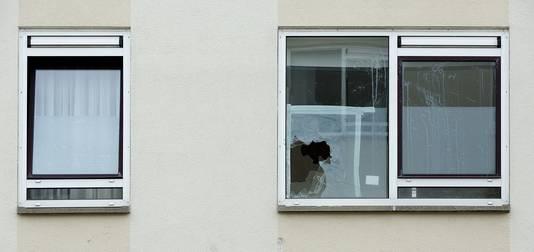 Ingegooide ruiten in april in Duindorp. In de Haagse volkswijk zouden allochtone bewoners en woningzoekenden worden geïntimideerd.