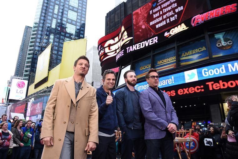 Een deel van de cast van Avengers: Age of Ultron (vlnr Jeremy Renner, Mark Ruffalo, Chris Evans en Robert Downey Jr.) op Times Square in New York. Beeld getty