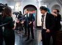 Mark Rutte (VVD) en Jesse Klaver (Groenlinks) na afloop van het RTL-verkiezingsdebat. In de aanloop naar de Tweede Kamerverkiezingen gingen de partijleiders met elkaar in debat over thema's  als klimaat, economie, diversiteit en de corona-aanpak.