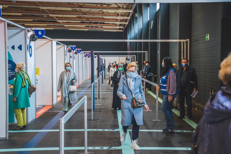 Het volk stroomt toe in het vaccinatiecentrum in Flanders Expo, Gent. Beeld Wannes Nimmegeers