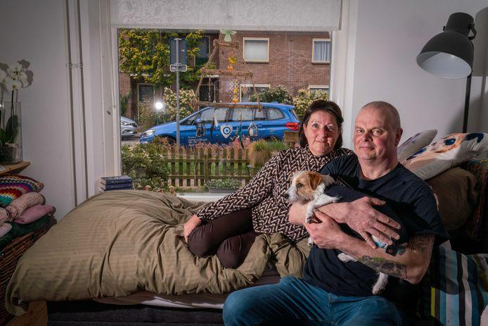 Hein van Boxel en zijn vrouw Tonny en hond Saartje. Zij runnen samen stichting Jaimy, vernoemd naar hun overleden zoon.