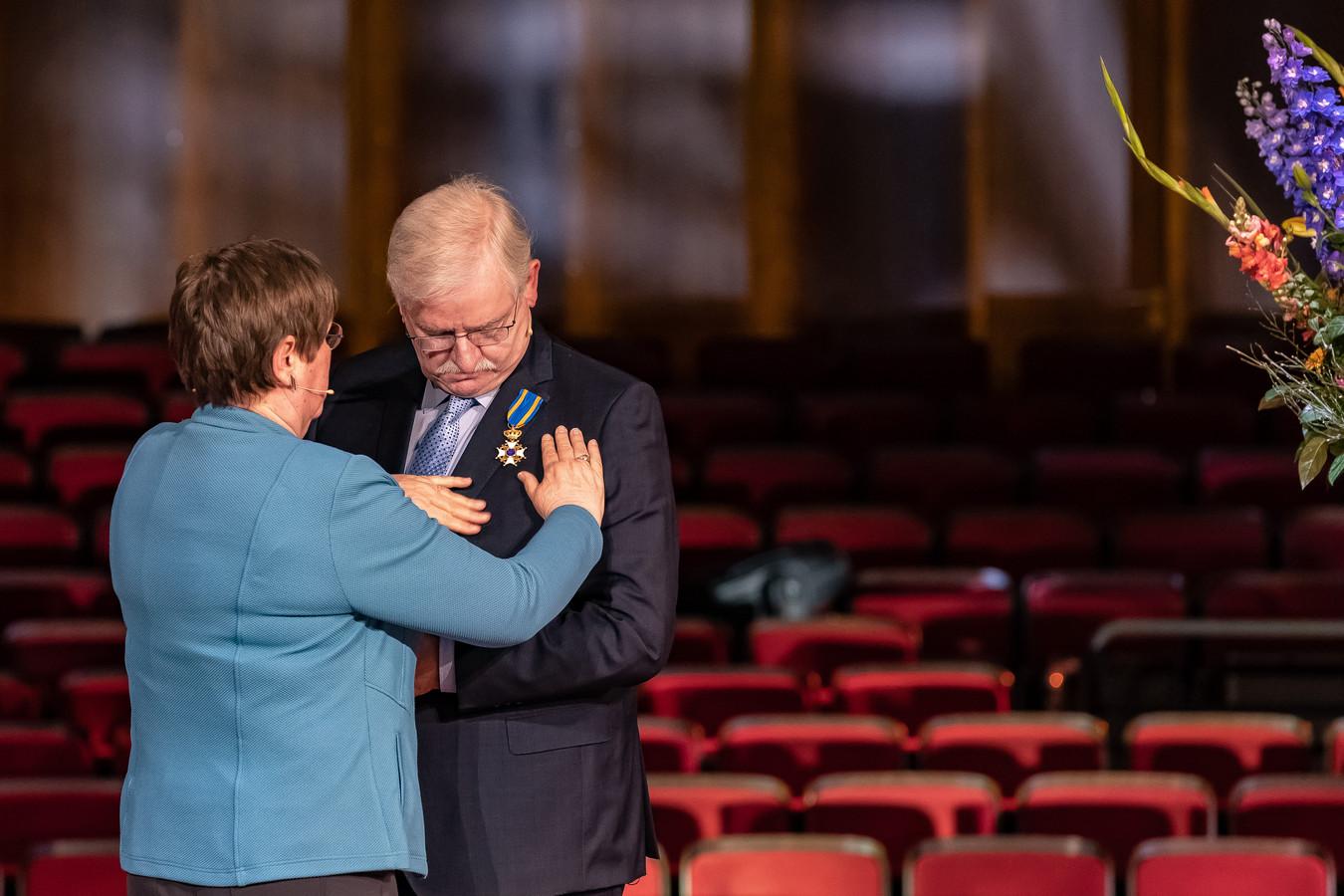 Koninklijke onderscheiding voor Steven Pleiter, woensdag in De Spiegel opgespeld door zijn echtgenote.